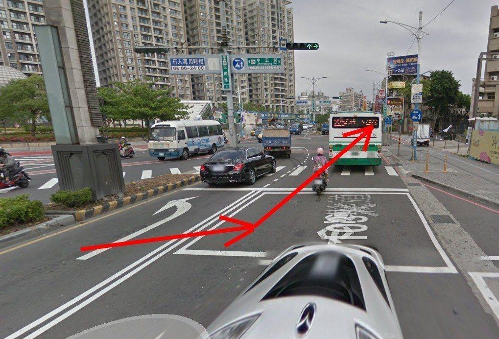 公車原本行駛在左轉專用道,違規跨越雙白線往右側切換,再直接切向前方路邊靠站,把機...