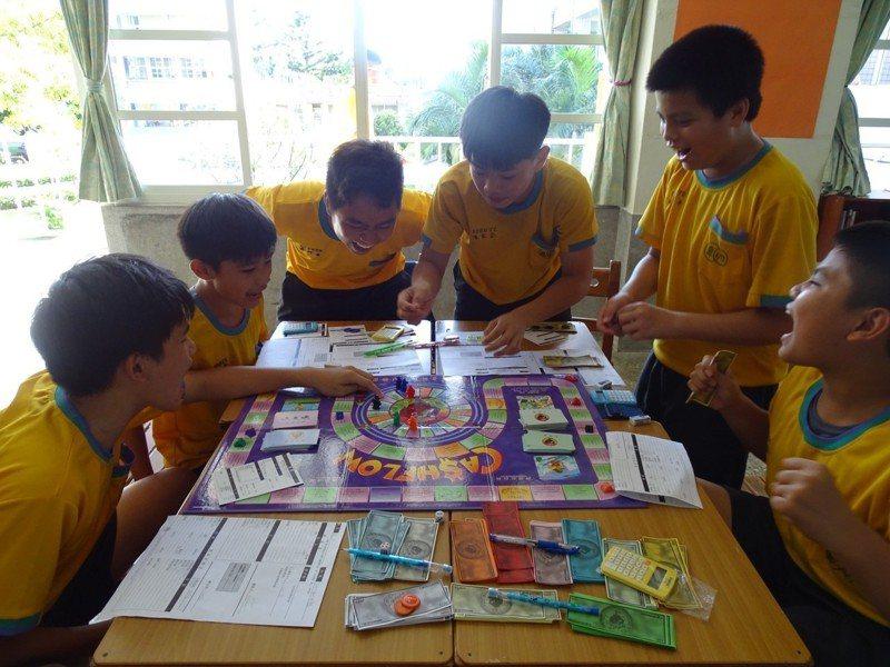 卑南國中學生透過遊戲,輕鬆學習理財知識。圖/教育部提供