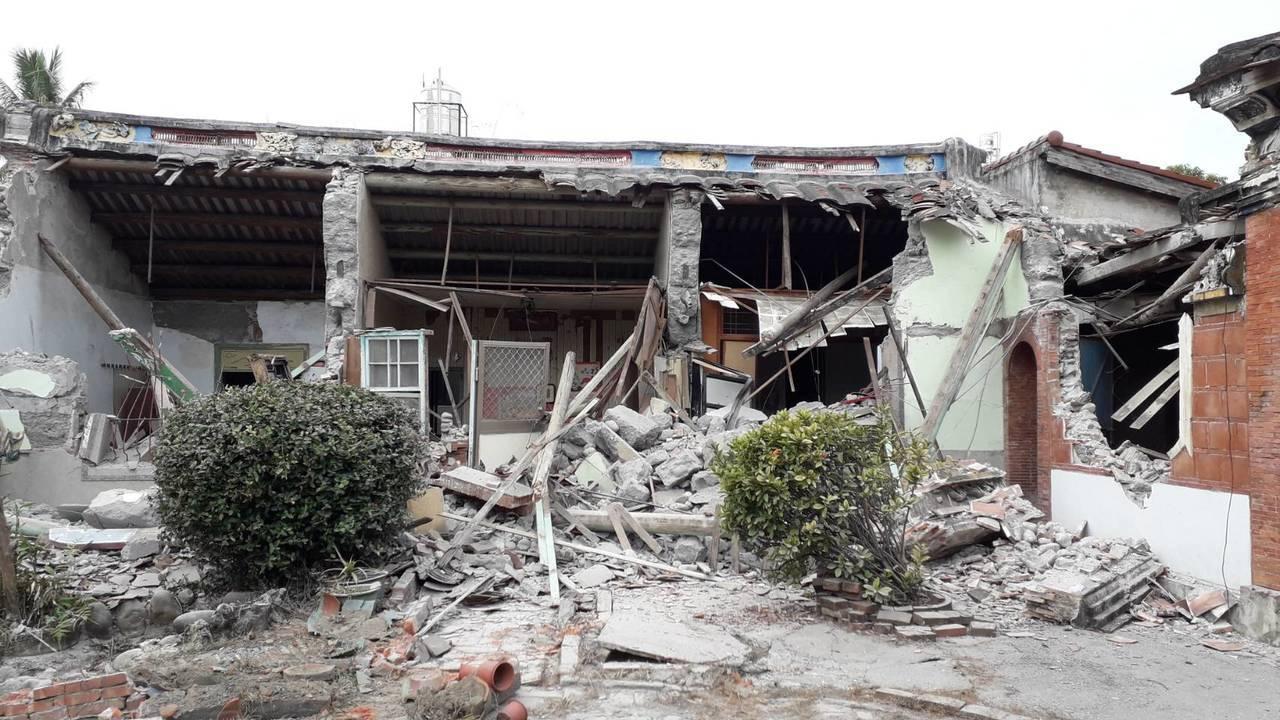 暫定古蹟蔡家古厝的東西廂房及門口鐵皮增建遭損壞。記者蔣繼平/翻攝