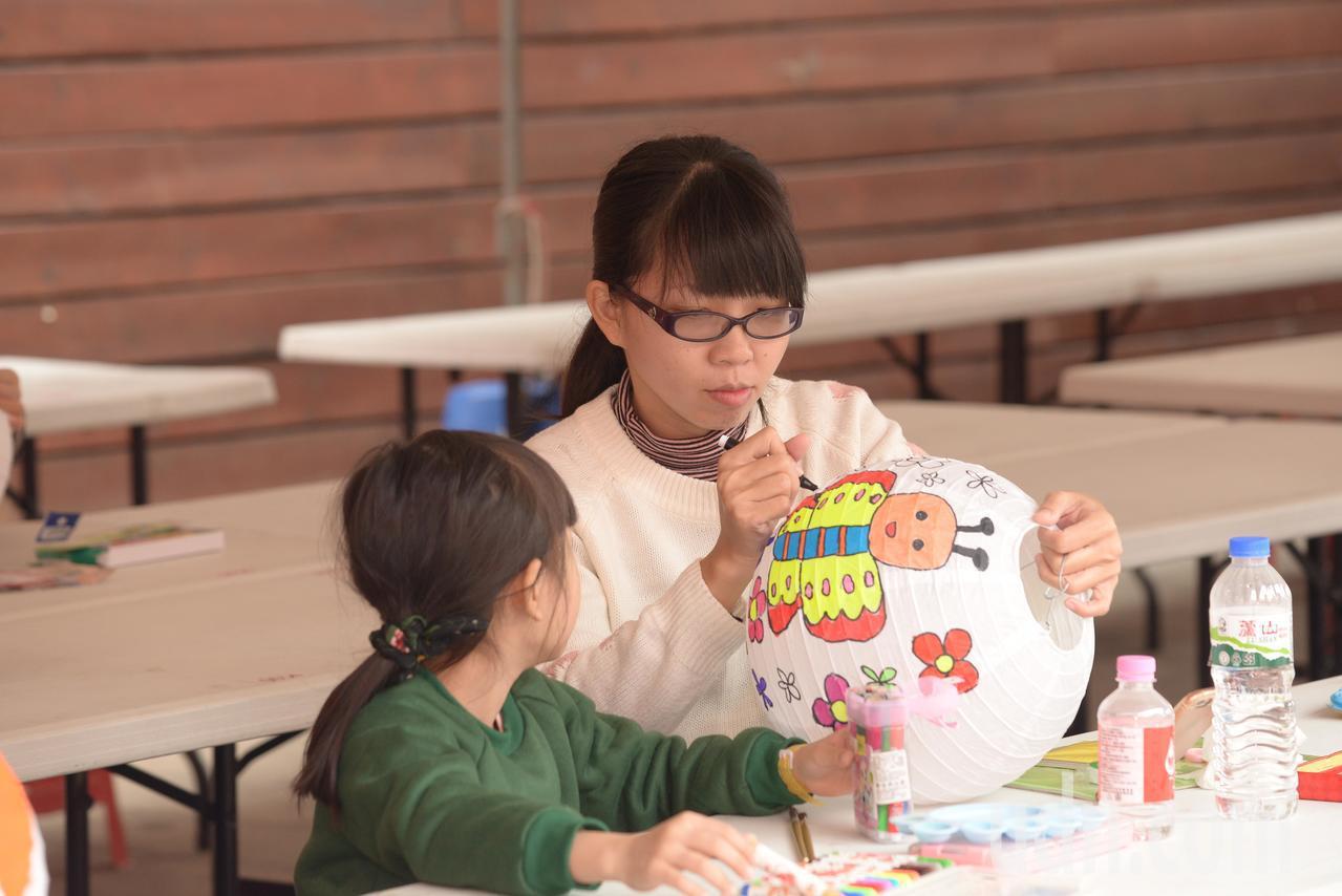 雲林縣西螺福興宮迎新年,邀300多名兒童在家長陪同下,親子一同彩繪燈籠,並計畫將...