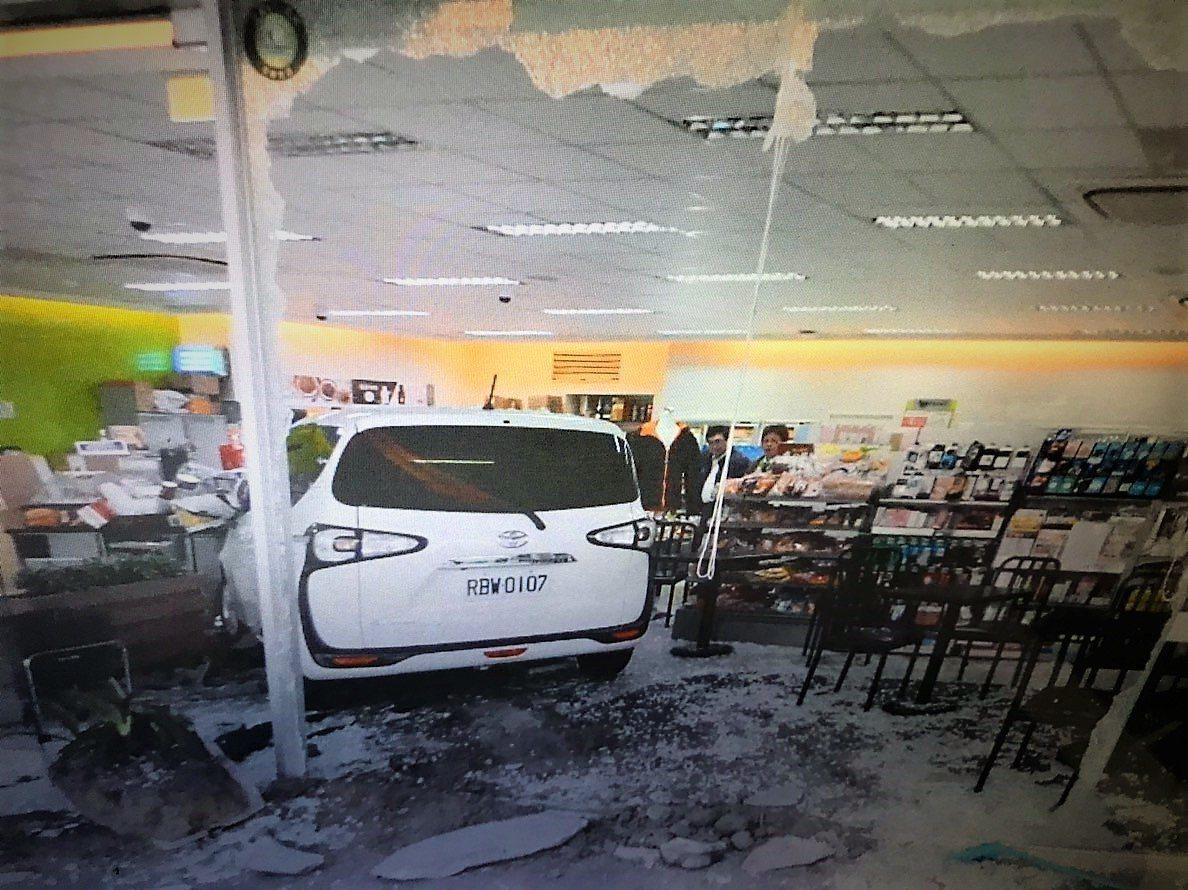 台中市太平區20歲的李姓男子開車不慎撞進超商,把門窗都撞破。圖/警方提供