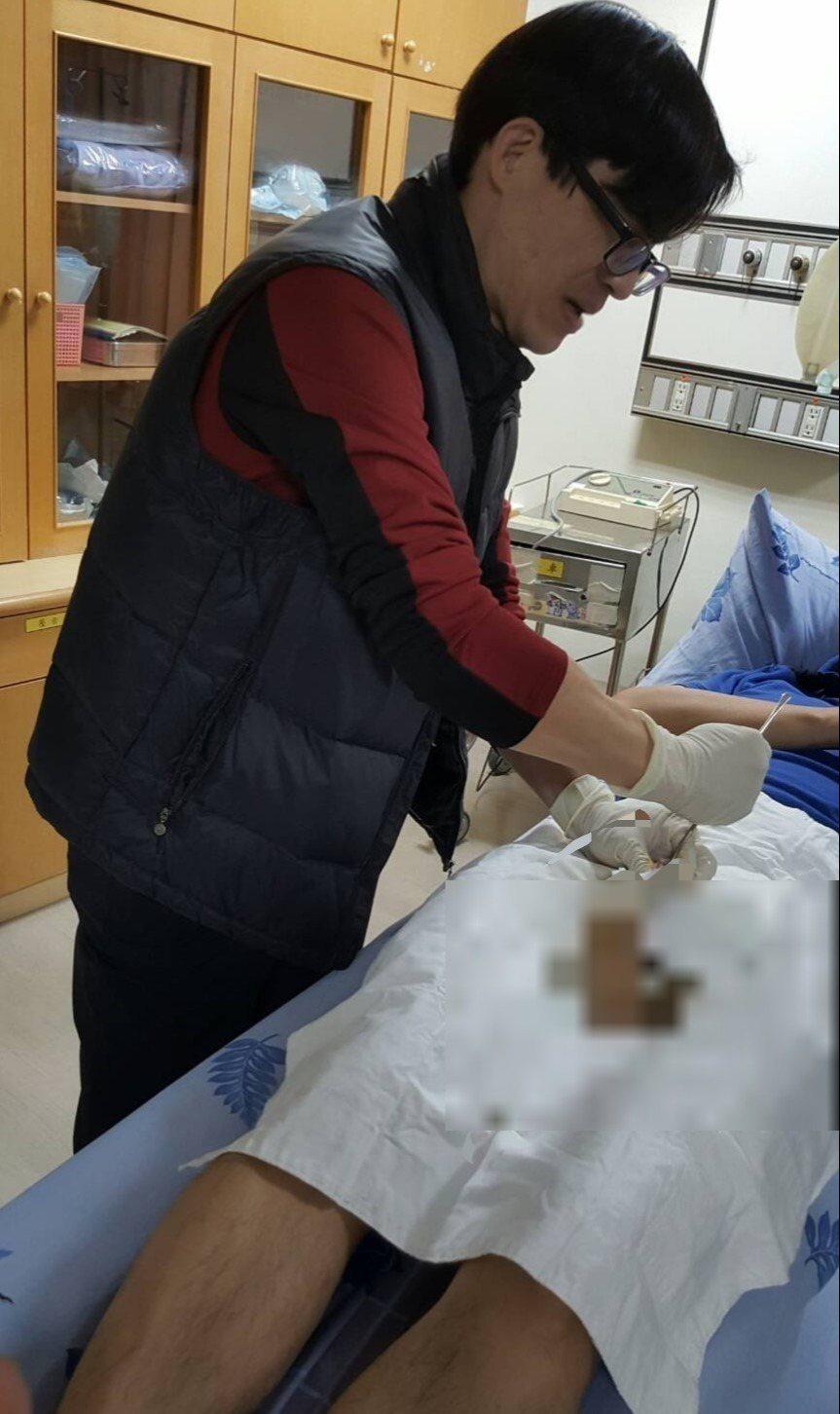 高雄市立民生醫院泌尿科主任蔡秀男31日凌晨接獲一名排尿困難急診的男性患者,緊急徒...