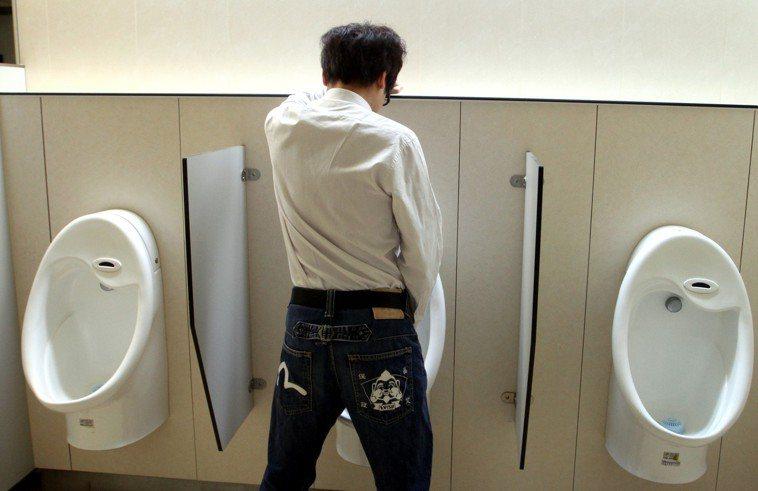 一名30多歲科技業工程師聚餐後突然漲尿又尿不出。示意圖/報系資料照
