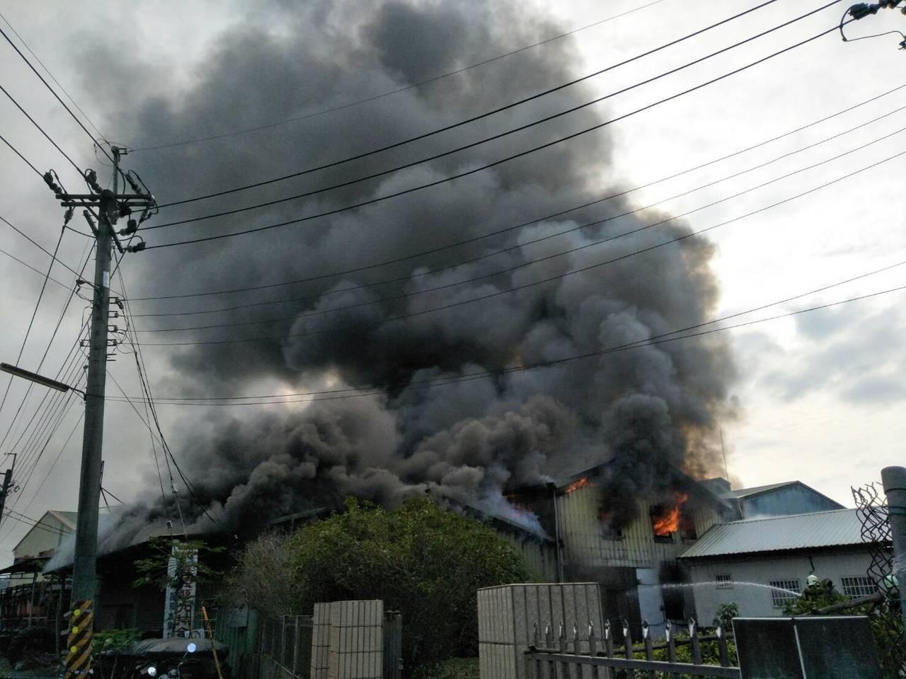 大林竹筍加工廠失火,濃煙衝天。圖/讀者提供