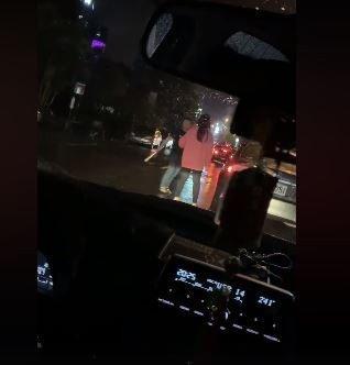 男子從駕駛座下車,手中不斷揮舞疑似電擊棒的棍狀物,也不管女性友人阻止,手中不斷搖...
