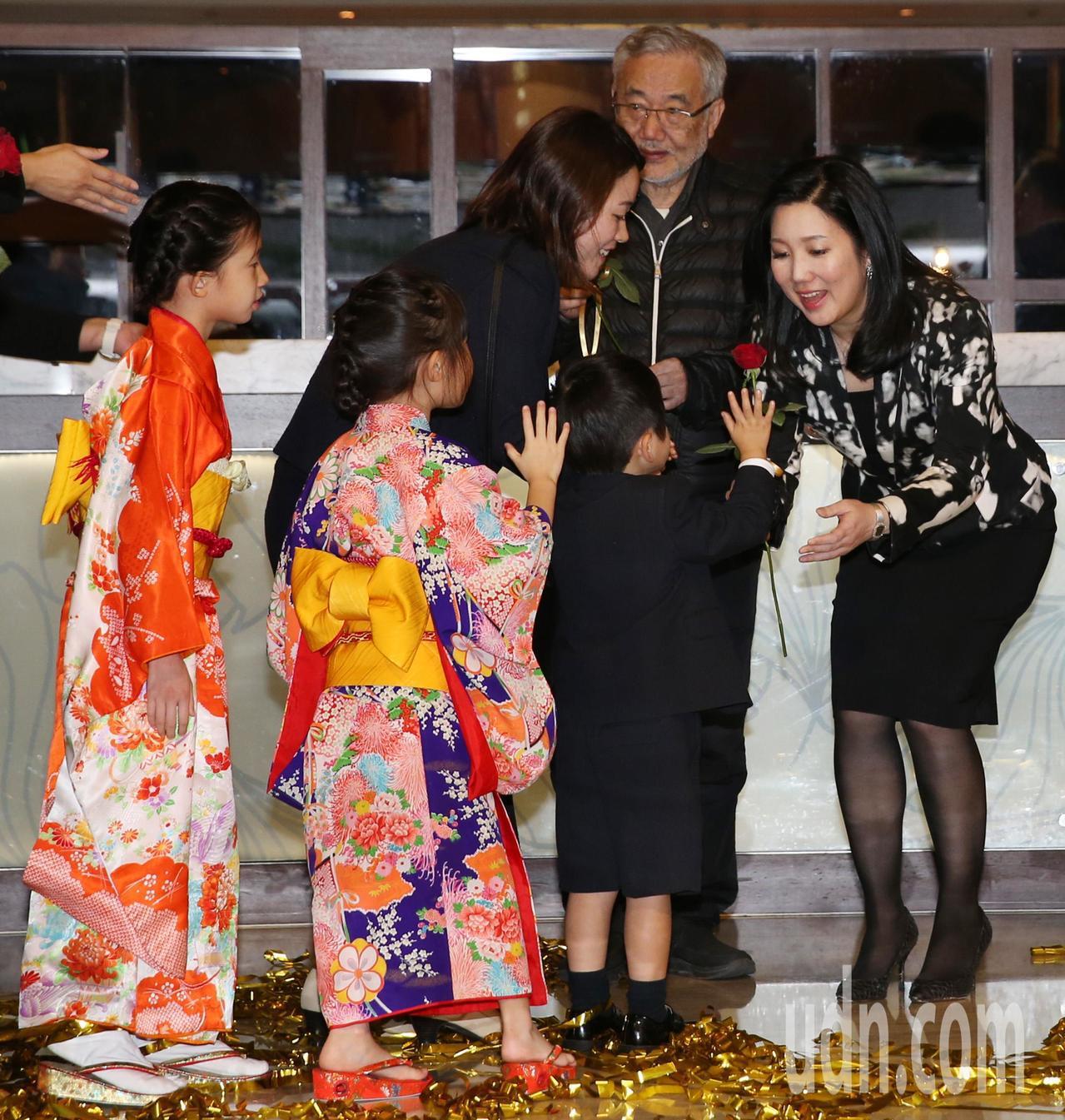 日本顧客將玫瑰花獻給六福旅遊集團董事長莊豐如。記者侯永全/攝影