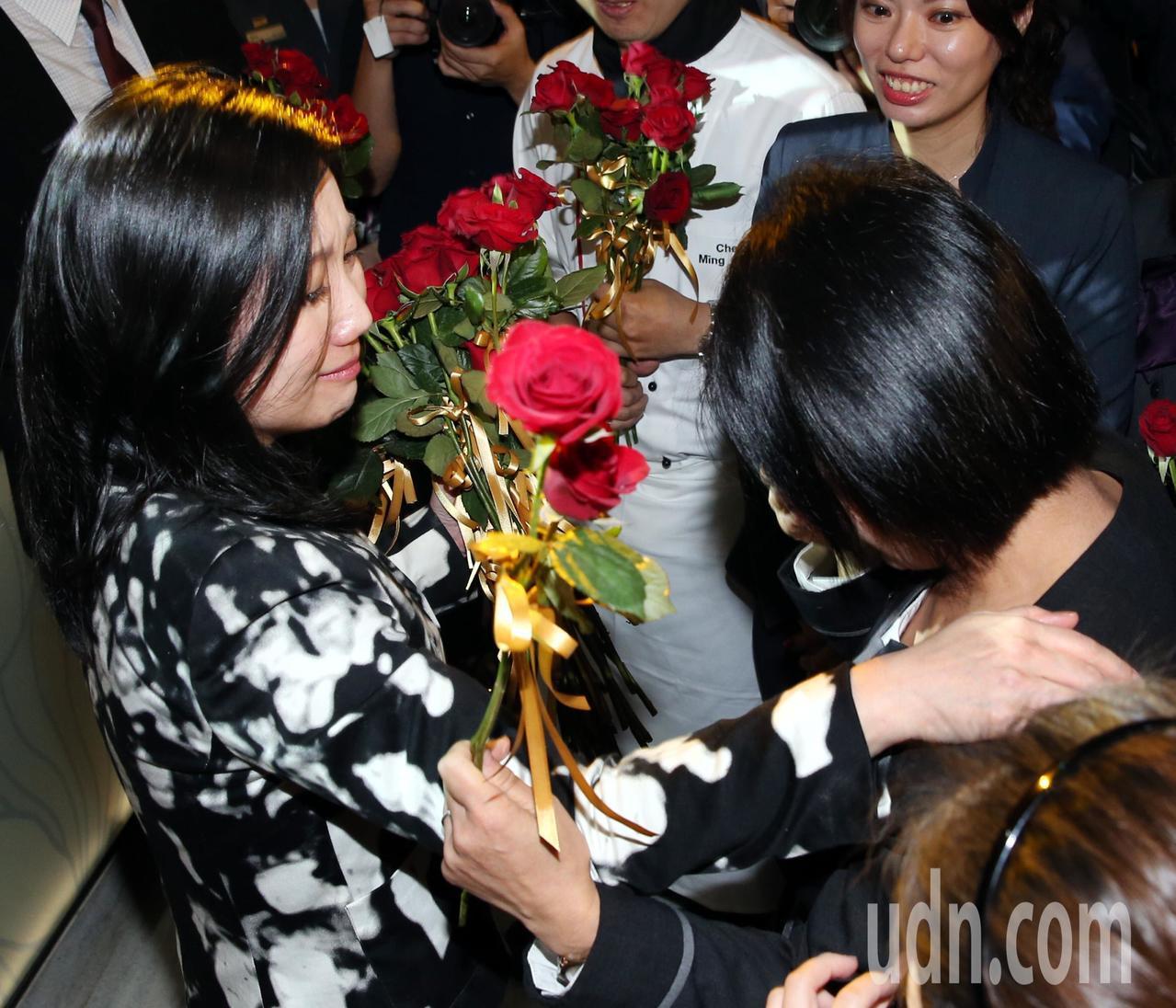 六福旅遊集團董事長莊豐如(左)與員工相擁傷感落淚。記者侯永全/攝影