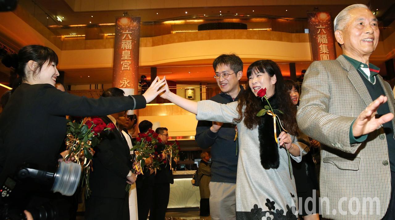 員工在大廳一字排開,向顧客獻上紅玫瑰,表達感謝與祝福之意。記者侯永全/攝影