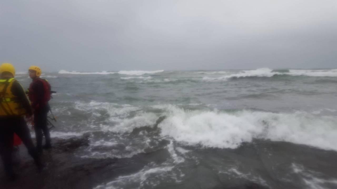 今天下雨海象差,北海岸新北市石門區麟山鼻漁港下午傳出舢舨翻覆,船上兩人失蹤,還在...