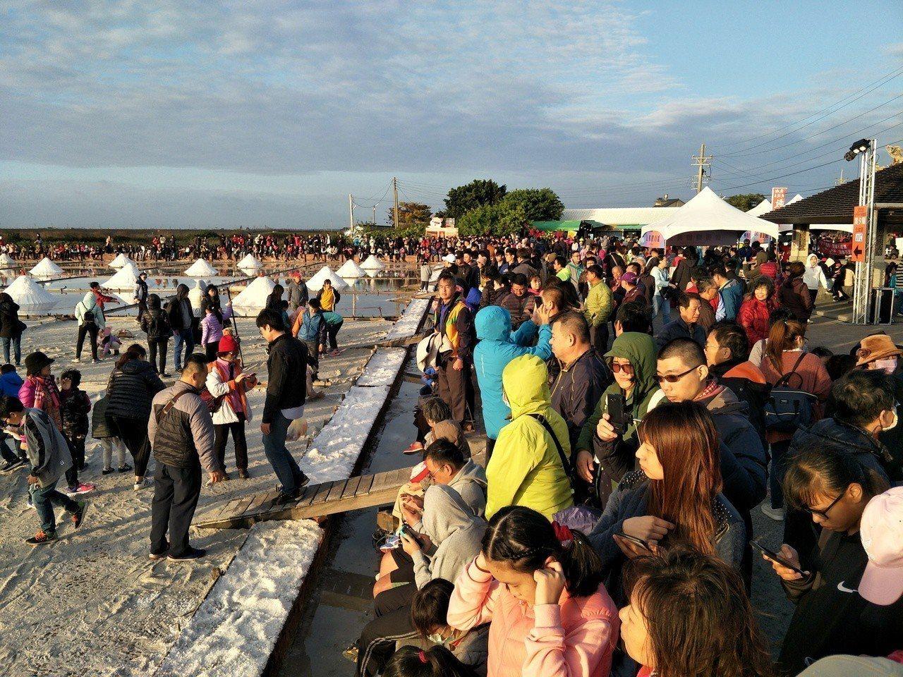現場吸引大批遊客準備觀賞落日。記者謝進盛/攝影