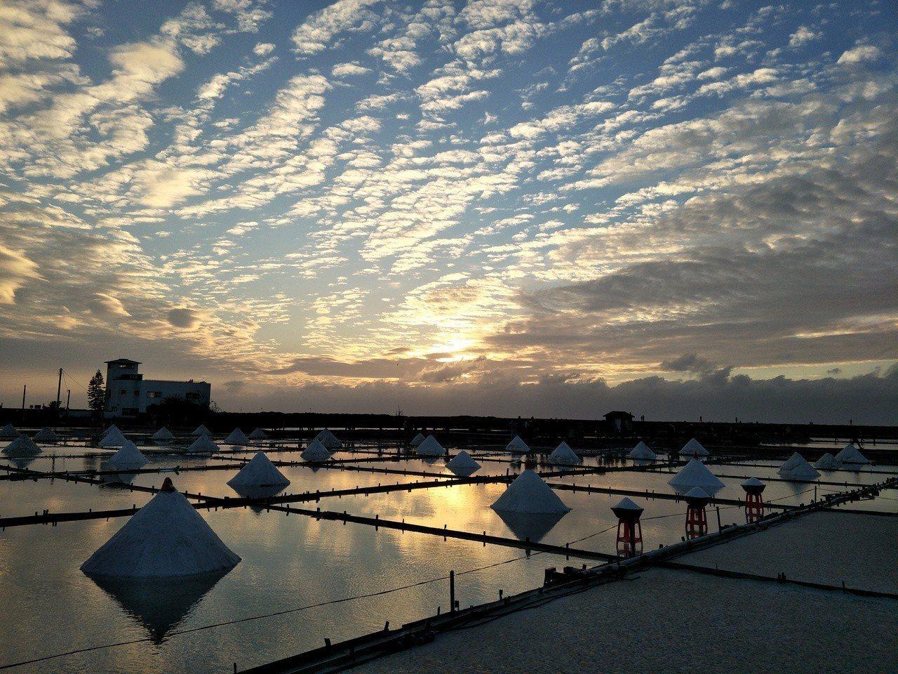 台南北門井仔田鹽田夕陽美景,天空的雲彩更搶眼。記者謝進盛/攝影