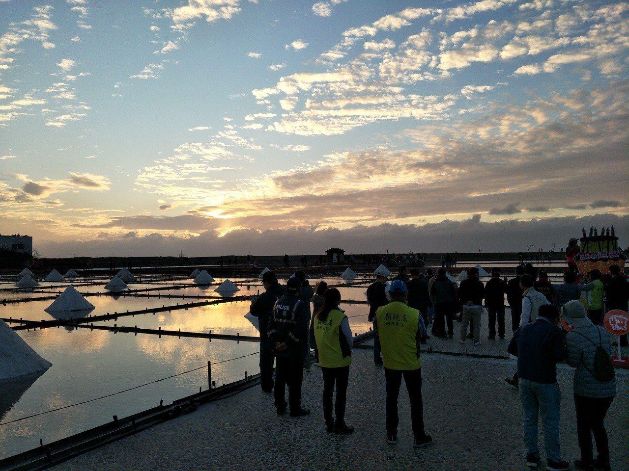 現場吸引大批遊客準備觀賞落日,可惜最後落空。記者謝進盛/攝影