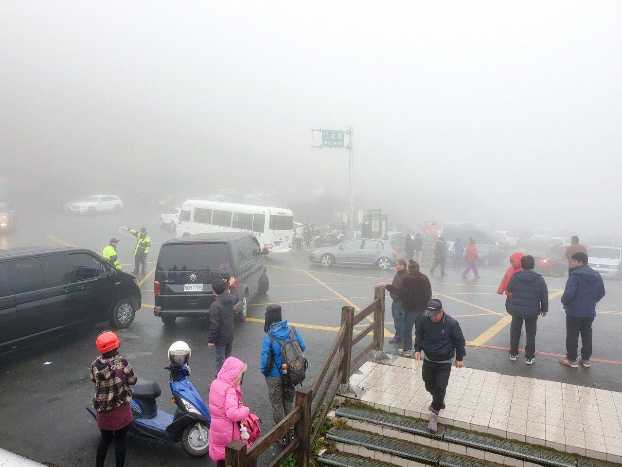 目前超過300車輛停駐合歡山頭,等待瑞雪降臨,也準備迎接明天清晨日出雲海美景。圖...