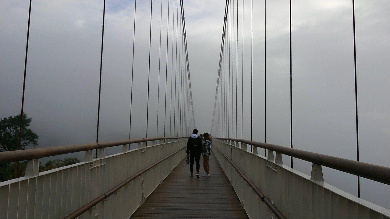 太平雲梯遠方雲霧飄渺,看不見盡頭。記者卜敏正/攝影