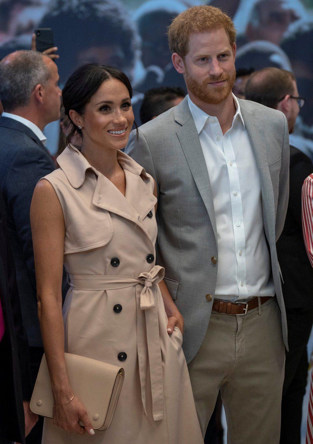 哈利王子(右)與梅根馬克爾(左)將與皇室成員一起度過跨年,準備明年迎接新生命。(...