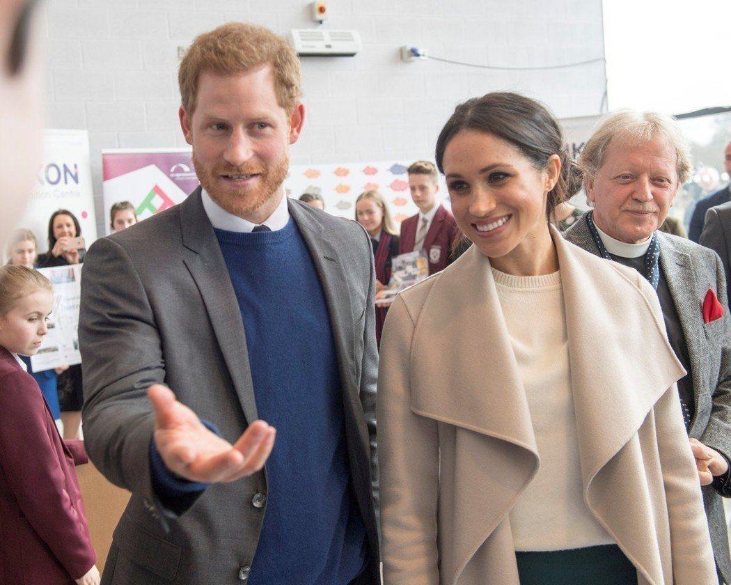 哈利王子(左)與梅根馬克爾(右)將與皇室成員一起度過跨年,準備明年迎接新生命。(...