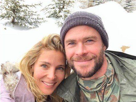 克里斯漢斯沃(右)與妻子艾兒沙巴塔奇(左)正在美國蒙大拿州的雪山滑雪。圖/摘自I...