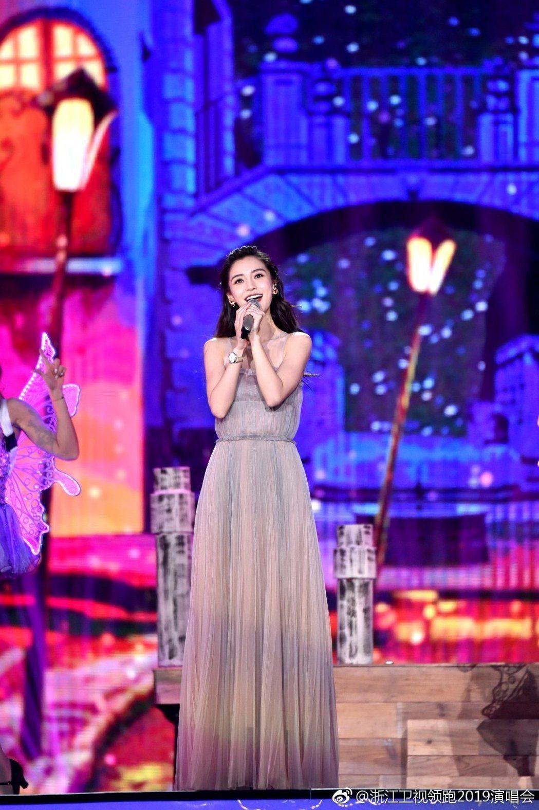 Angelababy在浙江衛視的跨年晚會上開唱,被揶揄「全程走音」。圖/摘自微博