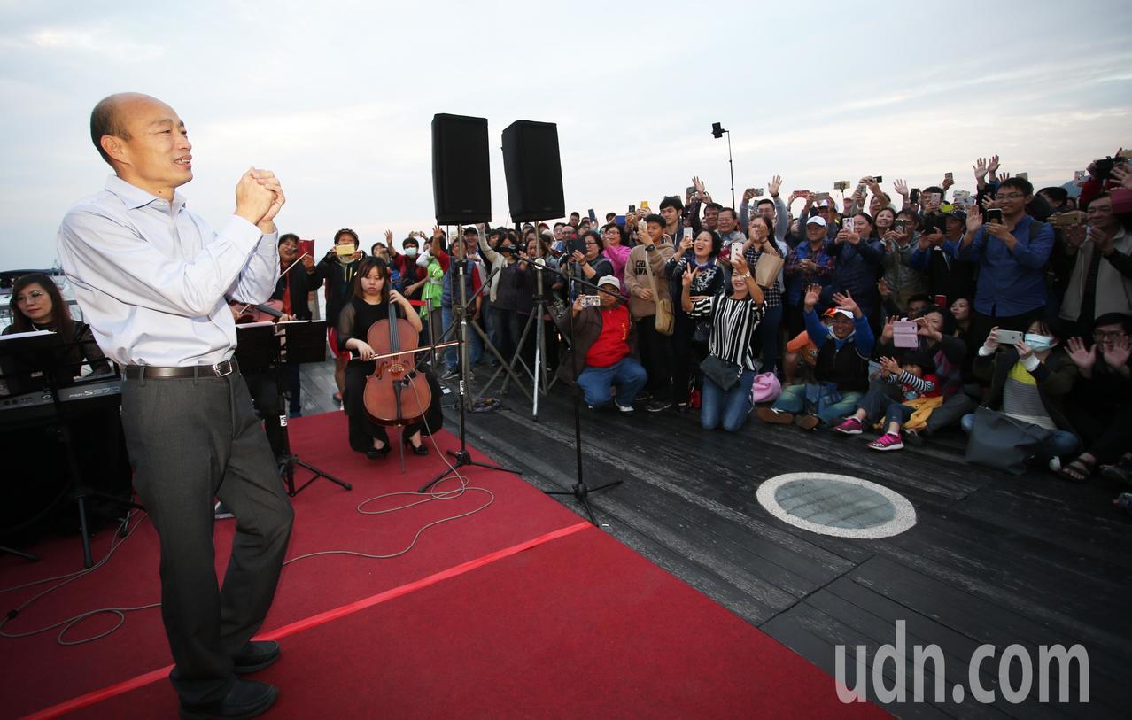 新任高雄市長韓國瑜向現場民眾祝福新年快樂。記者劉學聖/攝影