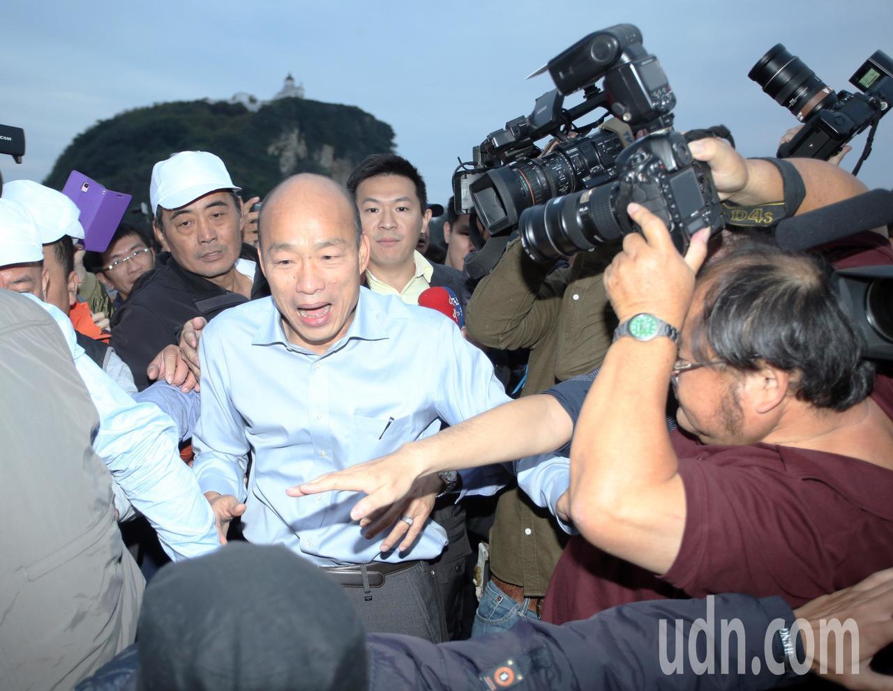 新任高雄市長韓國瑜到西子灣看夕陽媒體擠爆。記者劉學聖/攝影