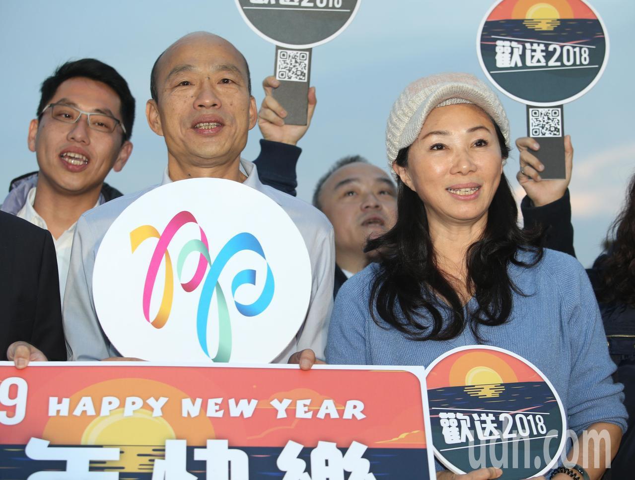 2018西子灣最後夕陽,天公不作美,新任高雄市長韓國瑜(左)與妻子李佳芬(右)看...