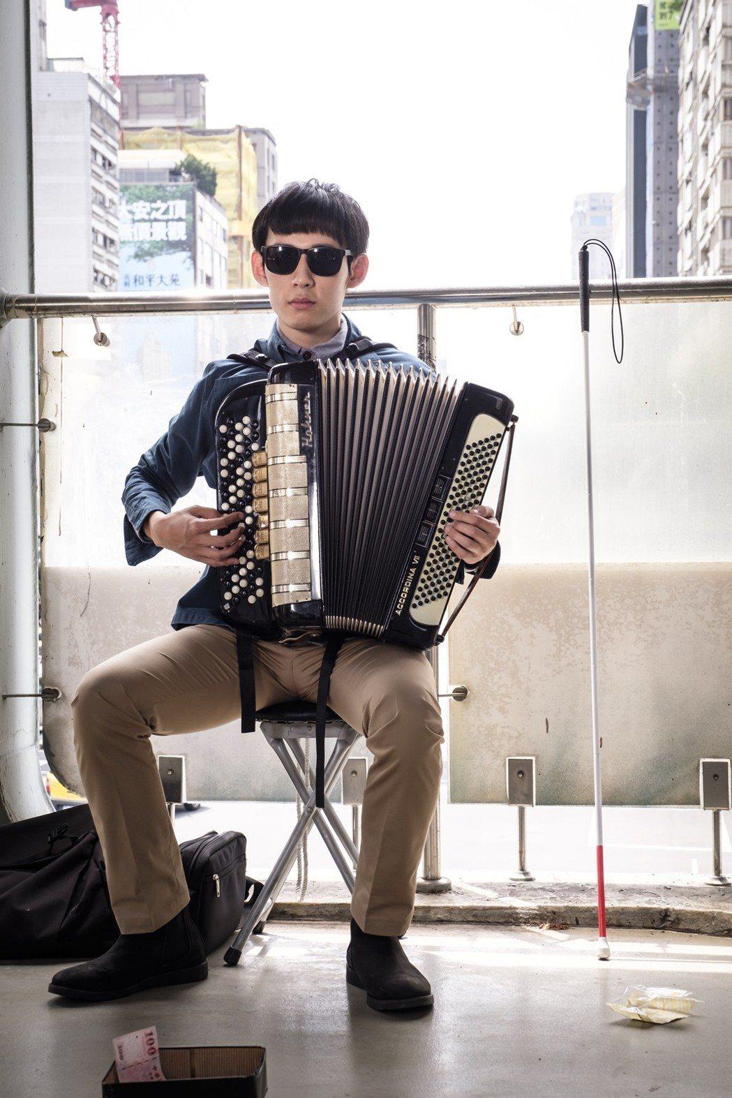 徐鈞浩飾演盲人歌手拉手風琴,私下無時不刻都背著練習。圖/歐銻銻娛樂提供