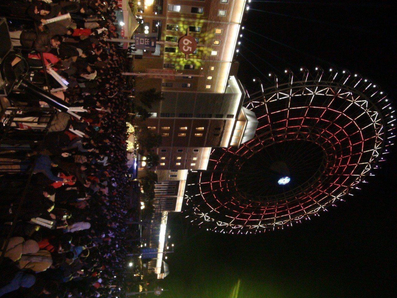 台中跨年晚會雙主場,后里場在麗寶樂園第二停車場舉行,現場擠滿跨年人潮,現場相當熱...