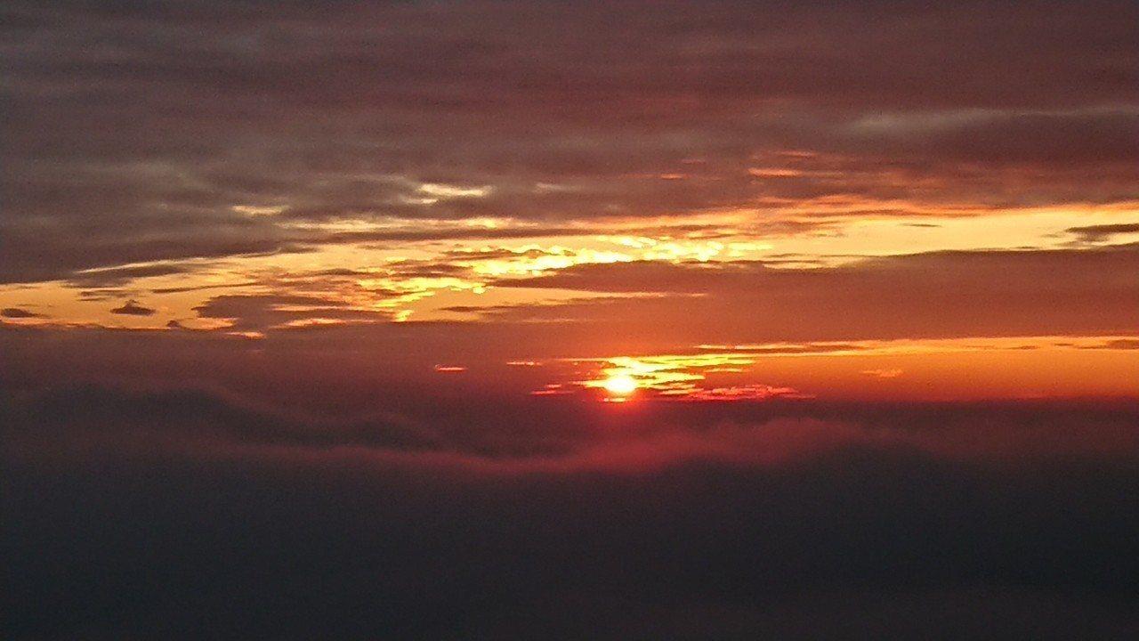 太平雲梯前的2018最後夕照,突然迴光染紅天空雲彩。 記者卜敏正/攝影