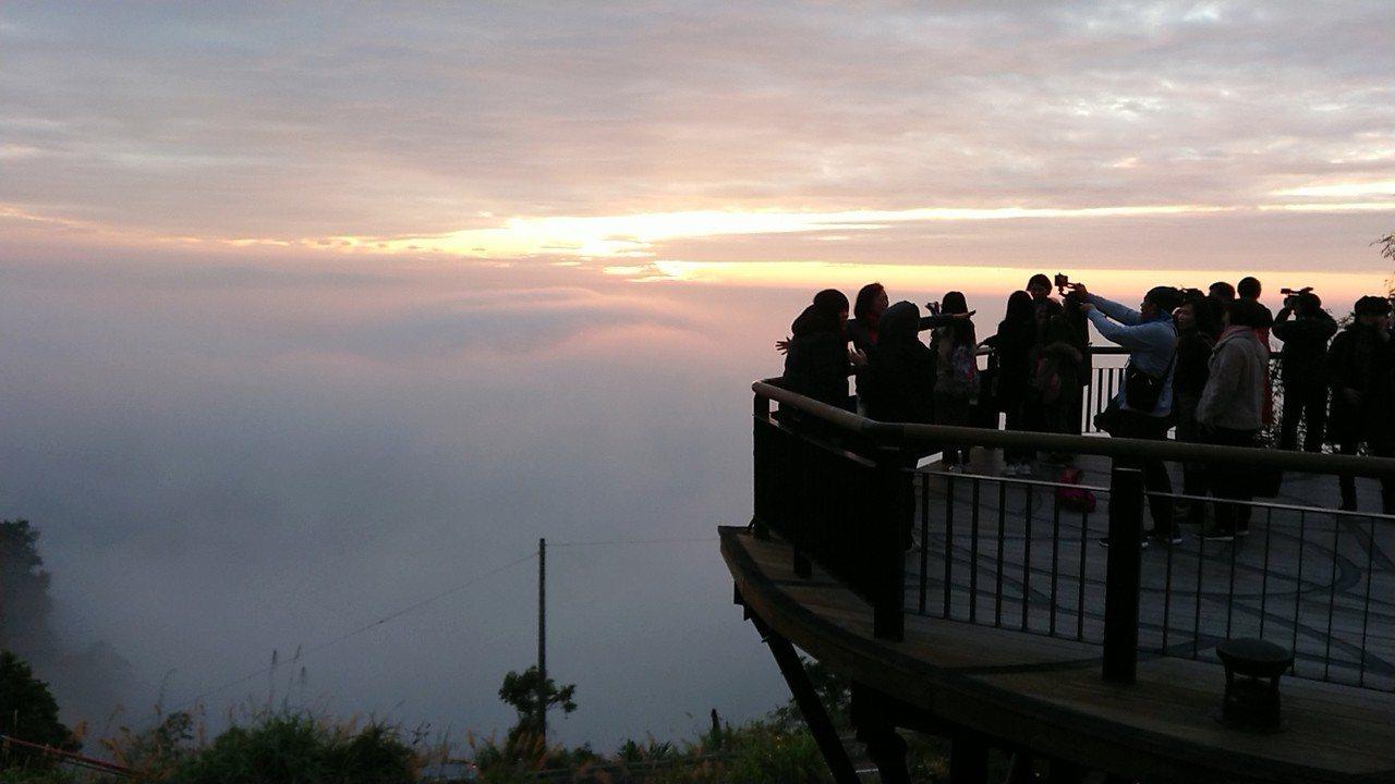 遊客在太平雲梯上拍照,欣賞2018最後夕陽。 記者卜敏正/攝影