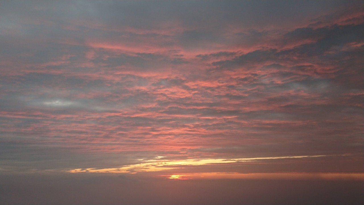 太平雲梯前的2018最後夕陽,突然迴光映照一片火燒雲彩。 記者卜敏正/攝影