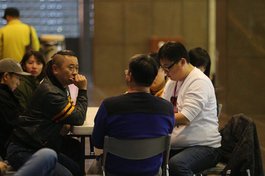 台北市政府觀傳局長劉奕霆(右)和邰智源(左)正在談話。記者許正宏/攝影