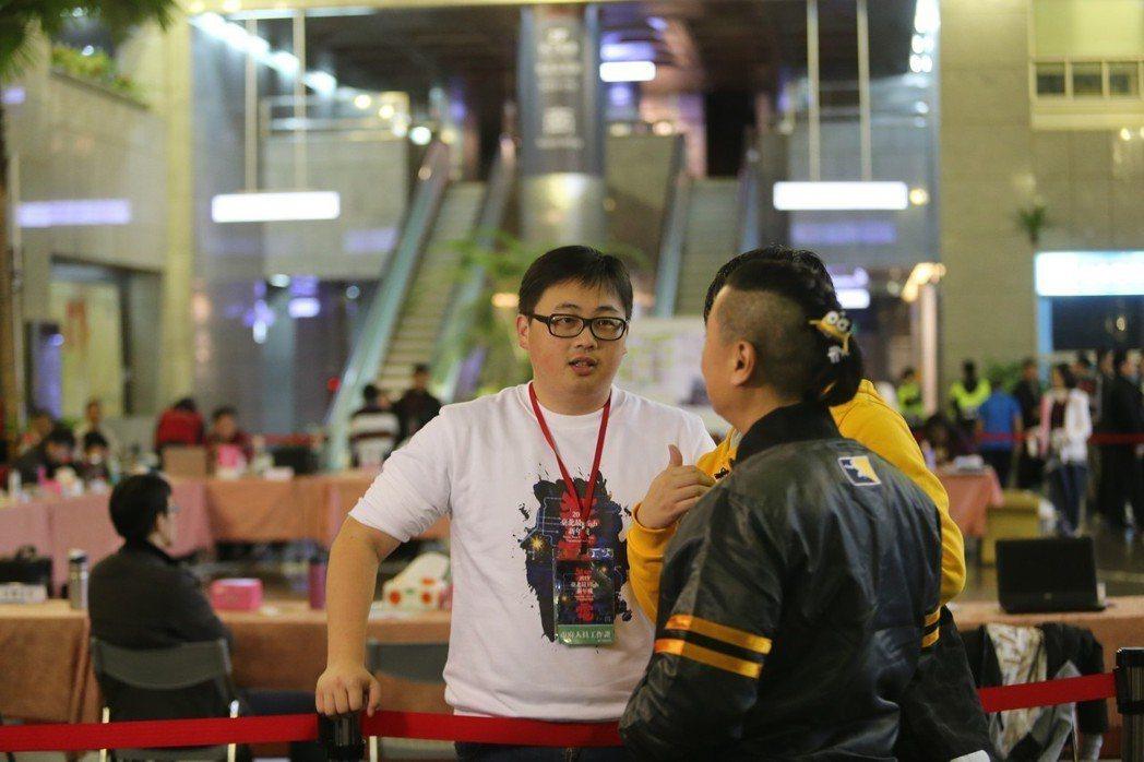 台北市政府觀傳局長劉奕霆(左)和邰智源正在談話。記者許正宏/攝影