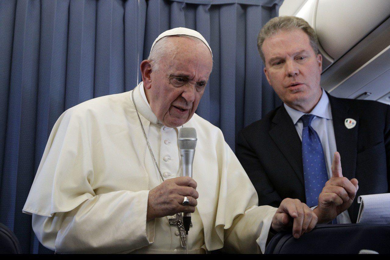 教廷發言人柏克(右)今年8月陪同教宗方濟各(左)訪問愛爾蘭。美聯社