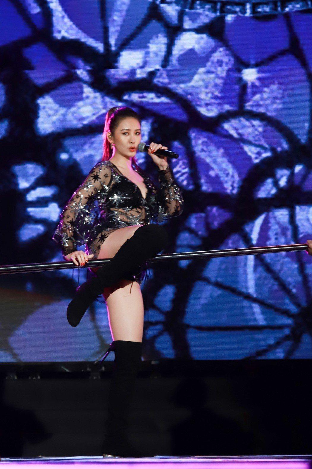 安心亞在高雄夢時代跨年火辣開唱。圖/民視提供