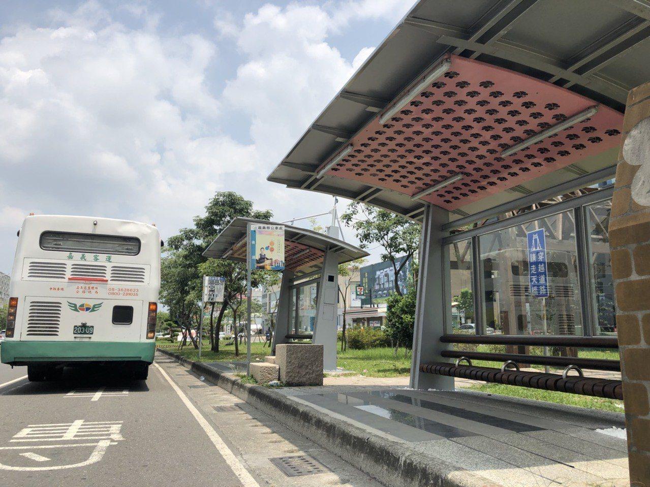 民國100年間,嘉義市公車捷運系統(BRT)18處候車亭及市區公車25處候車亭即...