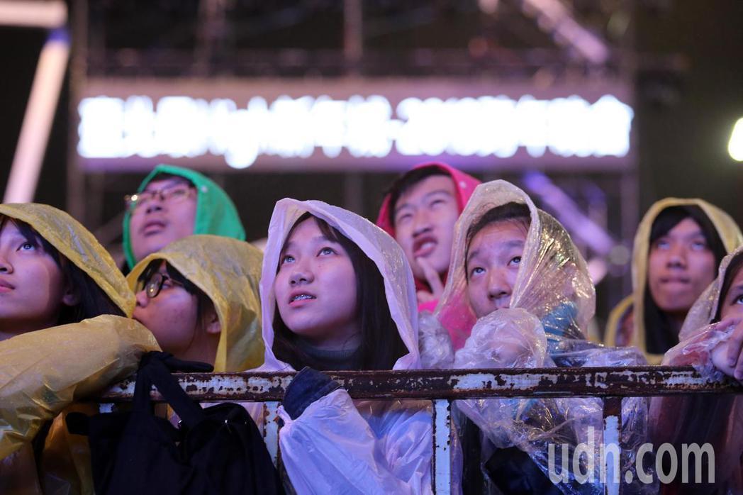 「這是什麼鬼阿?」台北跨年晚會先讓電競比賽開場,台下等待歌手表演的民眾看傻了眼 ...