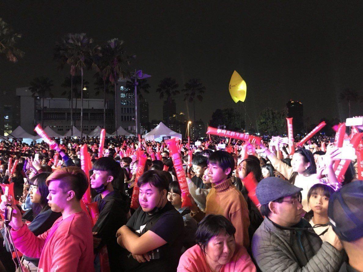 夢時代跨年派對吸引許多年輕人到場。記者謝梅芬/攝影