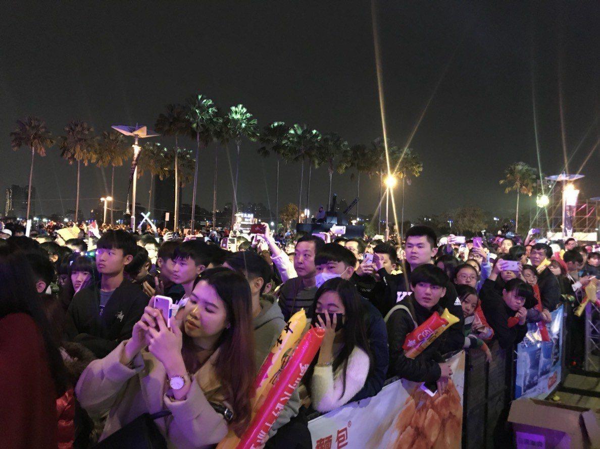 夢時代跨年派對一開場就吸引許多年輕人到場。記者謝梅芬/攝影