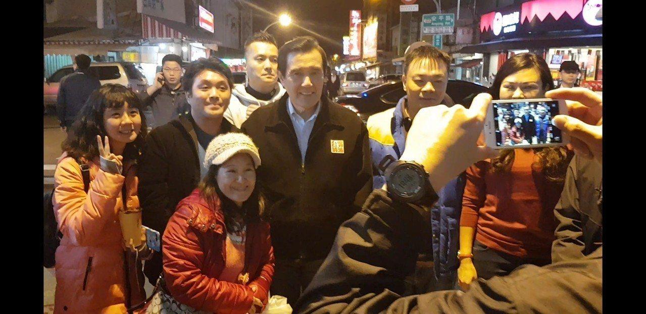 前總統馬英九晚間到安平商圈,逛街的民眾搶著跟他拍照。記者修瑞瑩╱攝影