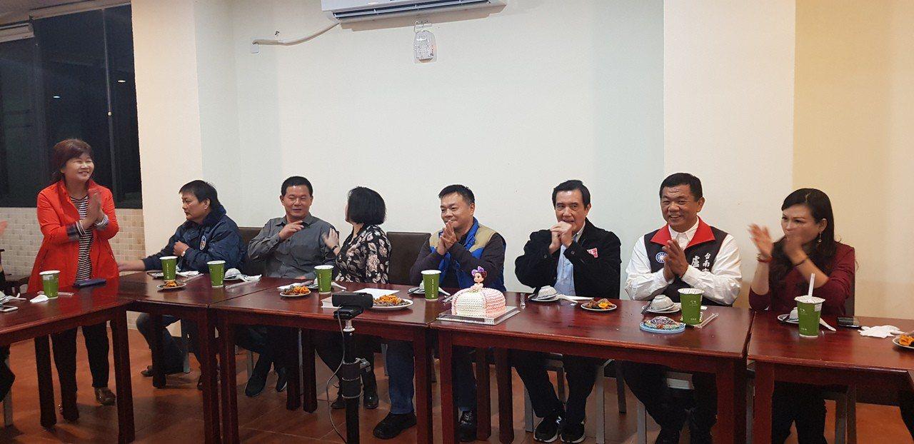 前總統馬英九晚間在高思博等人陪同下,前往安平商圈。記者修瑞瑩╱攝影