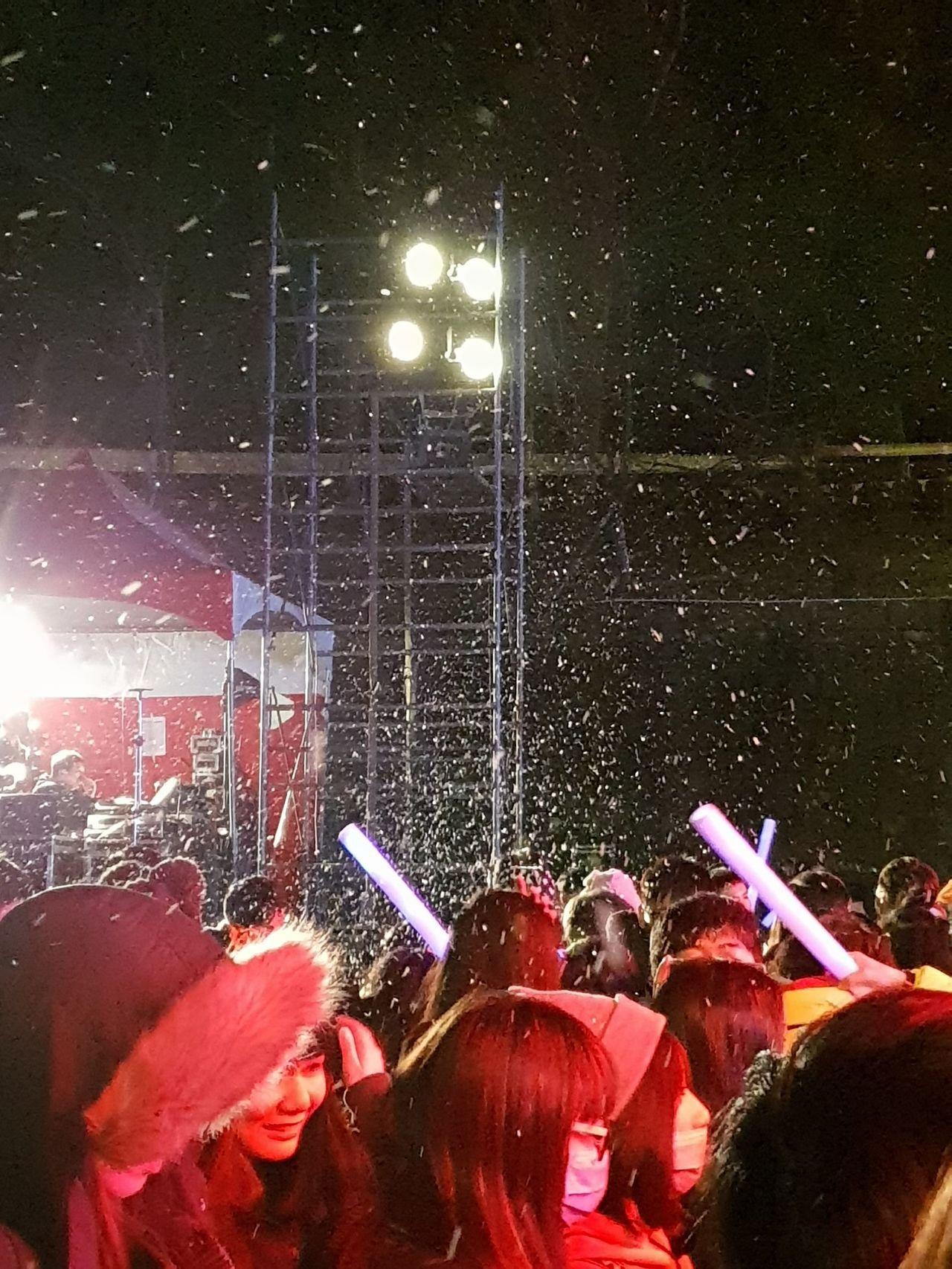 清境跨年晚會動用造雪機,現場飄起片片白雪。記者賴香珊/攝影