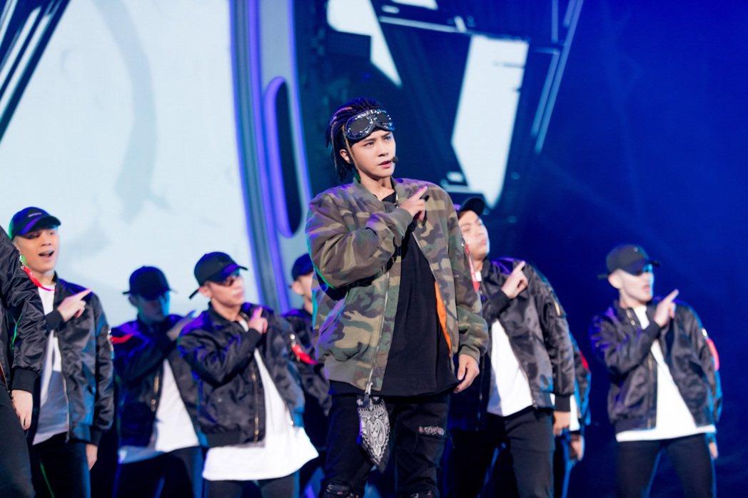 羅志祥(前)率近百位舞者,在湖南衛視跨年晚會大秀特別編排的舞蹈。圖/EMI提供