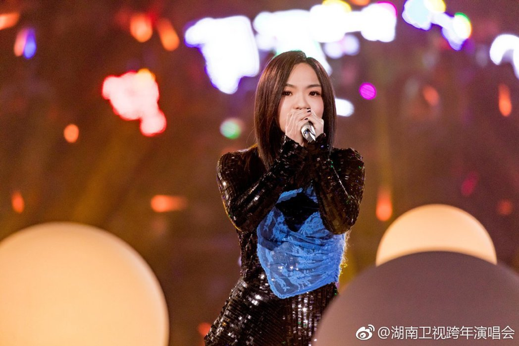 徐佳瑩登上湖南衛視跨年晚會。圖/摘自微博