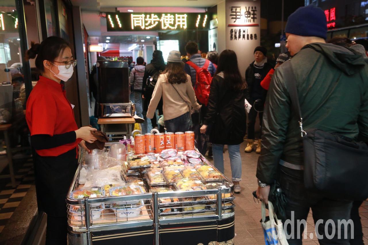 台北101跨年煙火,商家加派人手販售,但人潮不如預期,貨架商品也未如預期熱銷。記...