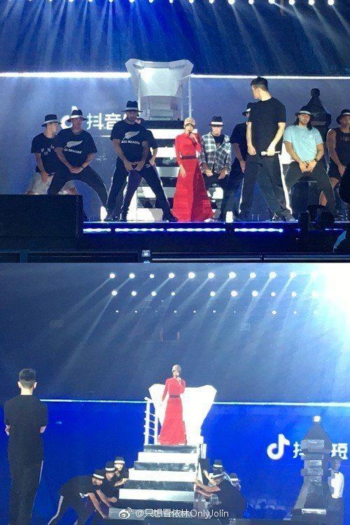 蔡依林(中)著紅衣為江蘇衛視跨年晚會採排。圖/摘自微博