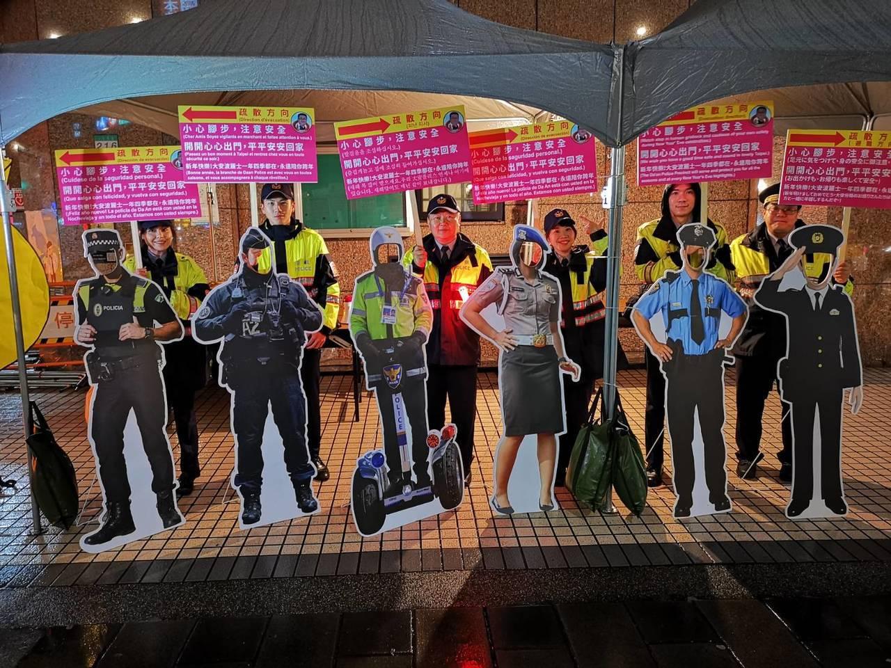 大安警分局在人潮擁擠的信義路、安和路口,設立犯罪預防宣導活動,並發放犯罪預防宣導...