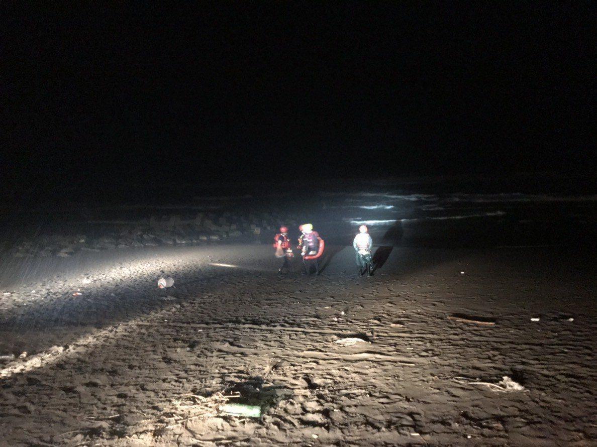 宜蘭縣消防局在19點42分接獲報案,有一民眾在壯圍海邊捕撈鰻苗時落海,搜救人員立...