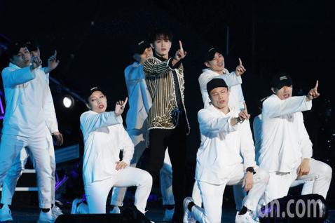 台北最High新年城2019跨年晚會,小樂吳思賢以一連串組曲,在雨中唱跳演出。