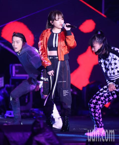 台北最High新年城2019跨年晚會,有最強怪物新人的安那,以一連串的組曲加上舞蹈演出。