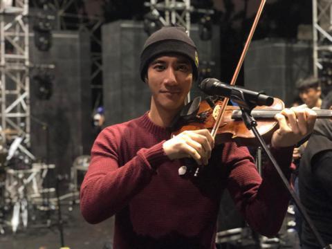正當全台都在迎接2019年,王力宏31日冒著15度低溫,現身大安森林公園露天音樂台,為1月1日的「福利秀」演唱會進行彩排,他感性說:「剛在現場偷偷排練soundcheck了一下,這場地好多故事和回憶...